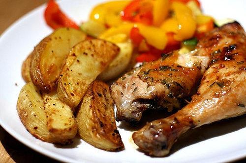 ЗАпеченный картофель с куриными ножками
